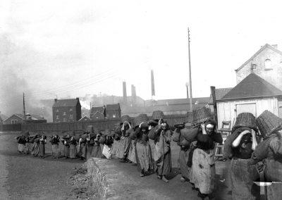 33. Ouvrières de charbonnage portant des sacs | ~1900